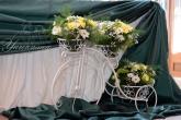 Колело с цветя за декорация на сватбена маса