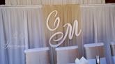 Стена зад младоженците