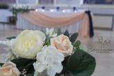 Украса за сватба в праскова и тъмно синьо
