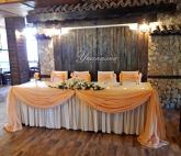Декорация на официална маса за младоженци