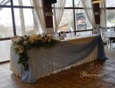 svatbena-ukrasa-restorant-oficialna-masa-svetlo-cvait-sinio (1)
