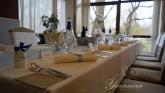 svatbena-ukrasa-restorant-oficialna-masa-svetlo-cvait-sinio (10)