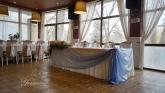 svatbena-ukrasa-restorant-oficialna-masa-svetlo-cvait-sinio (11)