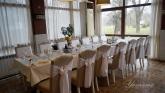 svatbena-ukrasa-restorant-oficialna-masa-svetlo-cvait-sinio (7)