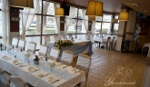 svatbena-ukrasa-restorant-oficialna-masa-svetlo-cvait-sinio (9)