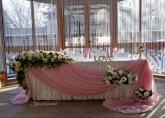 Украса на официална маса за младоженци