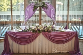 Официална маса и арка зад младоженците