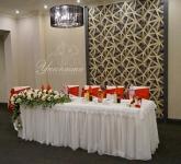 Декорация и аранжировка на главната маса