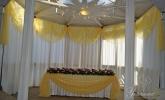 Маса и фон зад младоженците