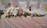 Цветна аранжировка за маса младоженци